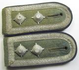Fully matching, WH (Heeres), I deem mid-war-period- (ie. 'M43'-pattern-) NCO-type shoulderstraps as piped in the dark-blue-coloured branchcolour as was intended for - and/or used by! - an: 'Oberfeldwebel der Sanitäts-Truppen'