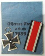 Superb 'Eisernes Kreuz II. Klasse' being a non-maker-marked example that comes with its original ribbon (ie. 'Bandabschnitt') and period 'Zellstoff'-based pouch as was produced by the maker (ie. 'Hersteller'): 'Walter & Henlein'