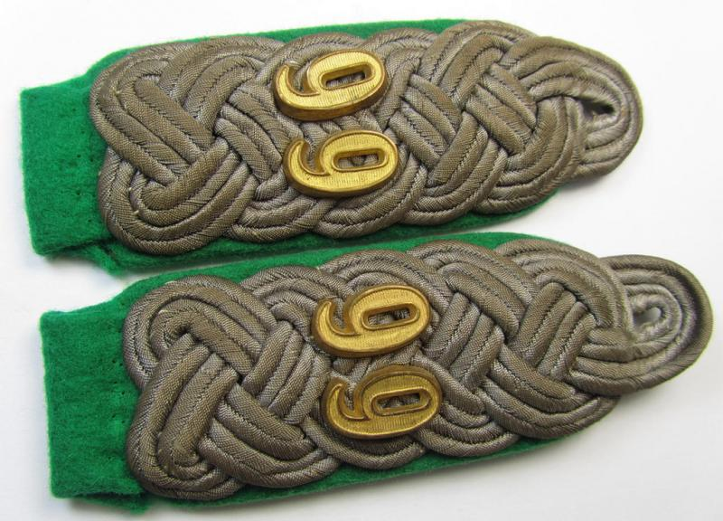 Attractive - and fully matching! - pair of WH (Heeres) 'cyphered' officers'-type shoulderboards as piped in the darker-green- (ie. 'grüner'-) coloured branchcolour as was intended for a: 'Major des Gebirgsjäger-Regiments 99'