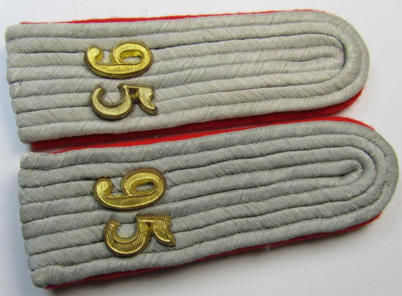 Attractive - and fully matching! - pair of WH (Heeres) 'cyphered' officers'-type shoulderboards as piped in the bright-red- (ie. 'hochroter'-) coloured branchcolour as was intended for a: 'Leutnant des (leichte) Artillerie-Abteilungs 95'